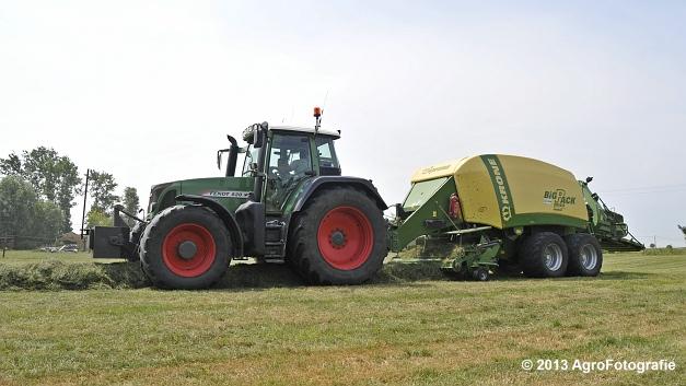 Fendt 820 + Krone Big Pack 1270XC Multi-BALE (1)