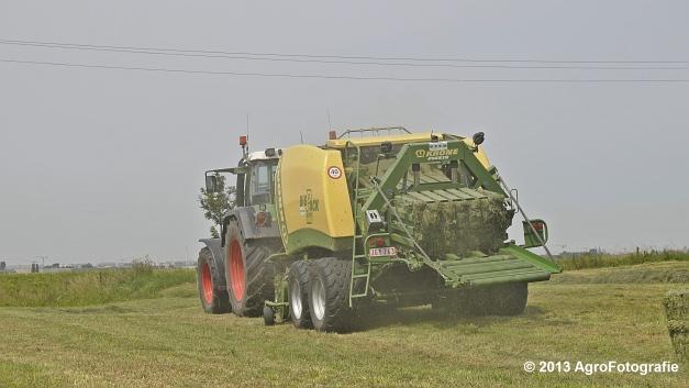 Fendt 820 + Krone Big Pack 1270XC Multi-BALE (7)
