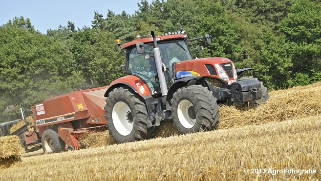 New Holland T7030 + Hesston 4600 (10)