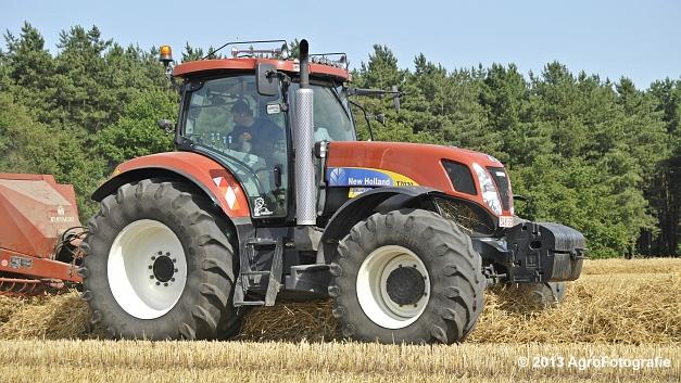 New Holland T7030 + Hesston 4600 (11)