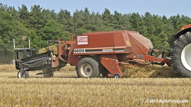 New Holland T7030 + Hesston 4600 (13)