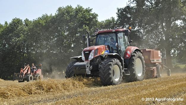 New Holland T7030 + Hesston 4600 (15)