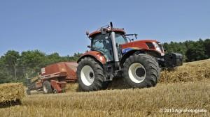 New Holland T7030 + Hesston 4600 (3)