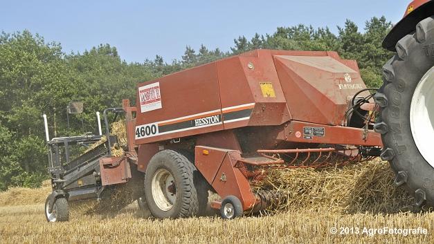 New Holland T7030 + Hesston 4600 (4)