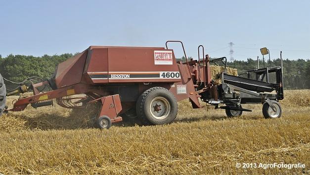 New Holland T7030 + Hesston 4600 (6)