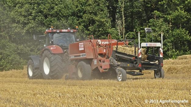 New Holland T7030 + Hesston 4600 (8)