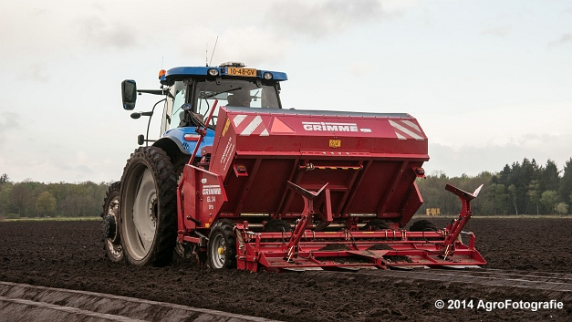 New Holland T7.220 + Grimme GL 34 DFB (Roothans) (10 van 17)