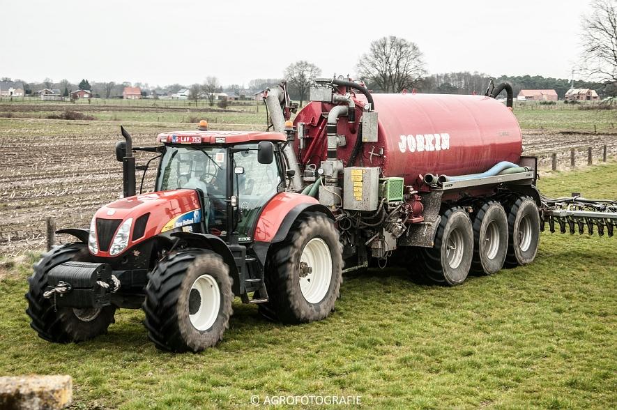 New Holland T7060 + Joskin CARGO 22500 (grasland, 28-03-2015) (31)