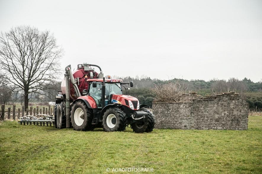 New Holland T7060 + Joskin CARGO 22500 (grasland, 28-03-2015) (61)