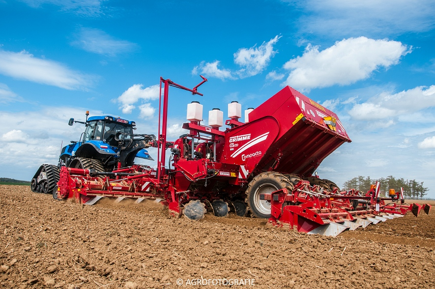 New Holland T8.390 + Grimme GF800 en GL860 & New Holland T8050 + Amazone Centaur 6001 (Koolen, 09-05-2015) (39)