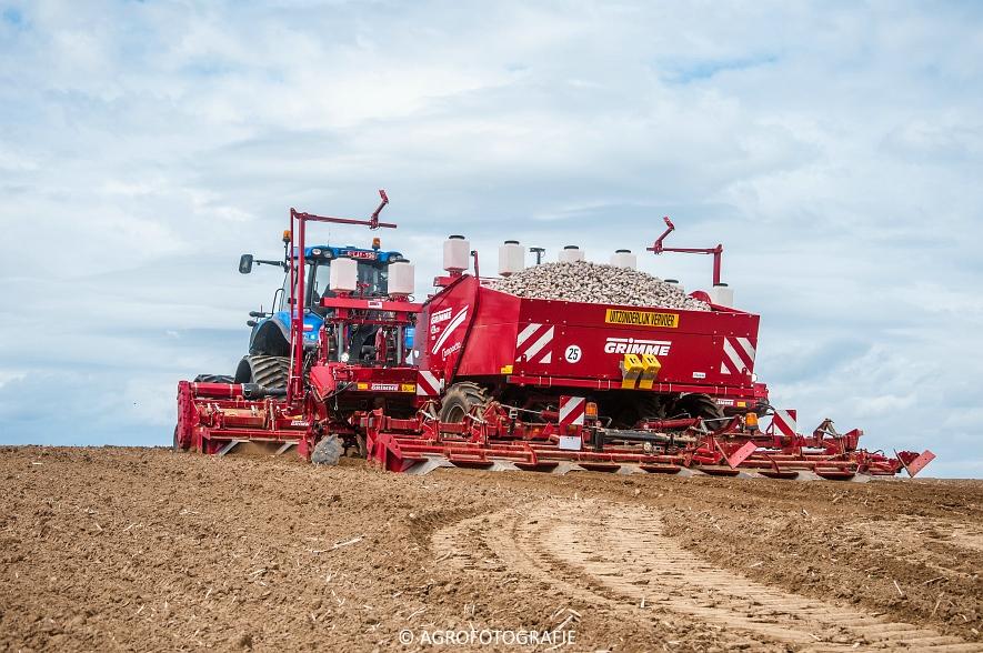 New Holland T8.390 + Grimme GF800 en GL860 & New Holland T8050 + Amazone Centaur 6001 (Koolen, 09-05-2015) (73)