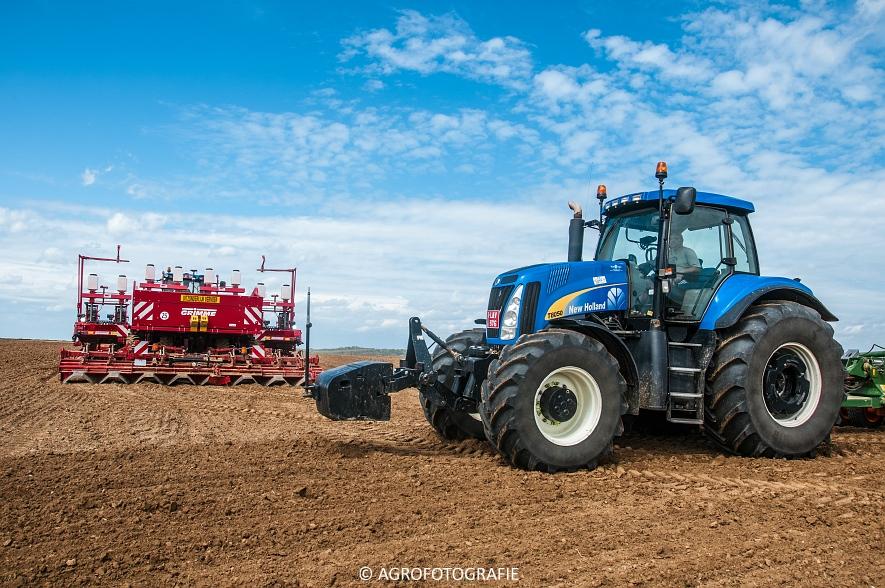 New Holland T8.390 + Grimme GF800 en GL860 & New Holland T8050 + Amazone Centaur 6001 (Koolen, 09-05-2015) (8)