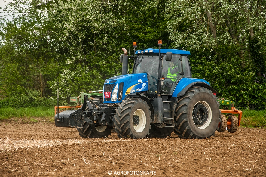 New Holland T8.390 + Grimme GF800 en GL860 & New Holland T8050 + Amazone Centaur 6001 (Koolen, 09-05-2015) (97)