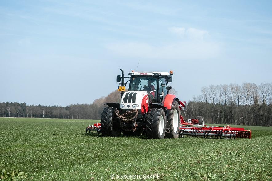Steyr 6185 CVT + Güttler GreenMaster (Graslandverzorgingsdemo, 10-04-2015) (36)