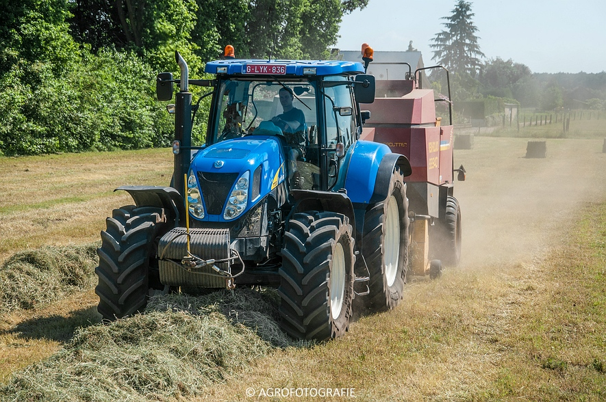 New Holland T7030 + New Holland BB 940 (Gras, 05-06-2015) (43)