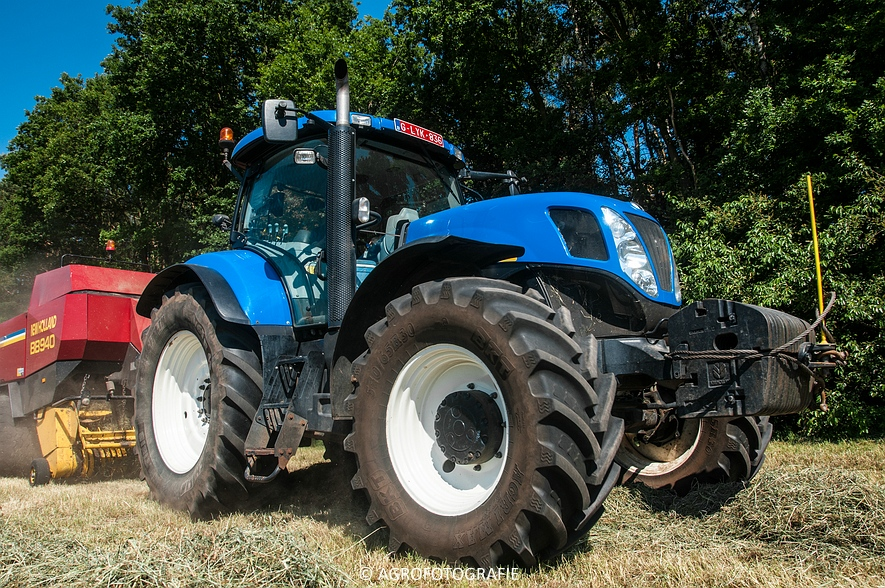 New Holland T7030 + New Holland BB 940 (Gras, 05-06-2015) (6)