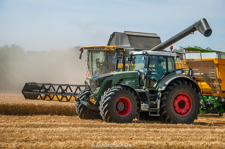 New Holland CR 8.80 + Fendt (Graan, 01-08-2015, Hoedemakers) (98 van 134)
