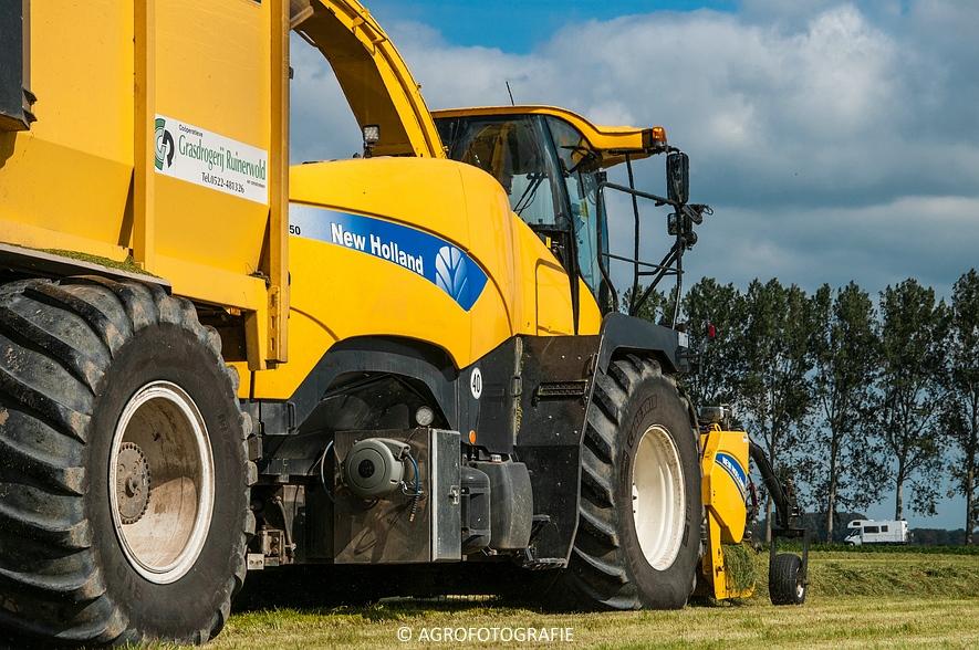 New Holland FR 9050 bunkerhakselaar (Grashakselen, grasdrogerij Ruinerwold, 09-09-2015) (9 van 54)