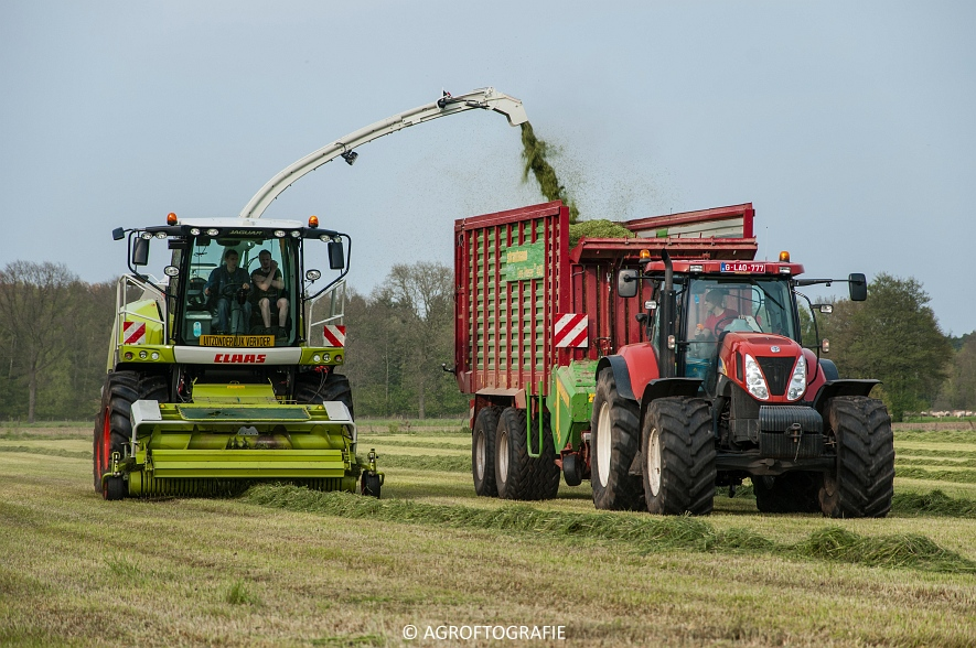 Claas Jaguar 860 + New Holland T7060 & TM 165 (Gras, 02-05-2016) (34 van 100)